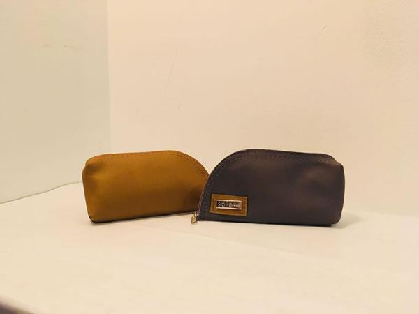 Portaanteojos de cuero combinado con detalles artenales